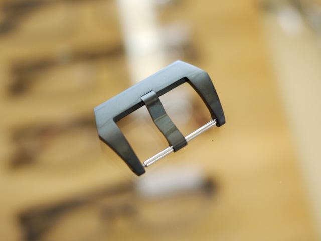 黒い尾錠で幅の広いつく棒