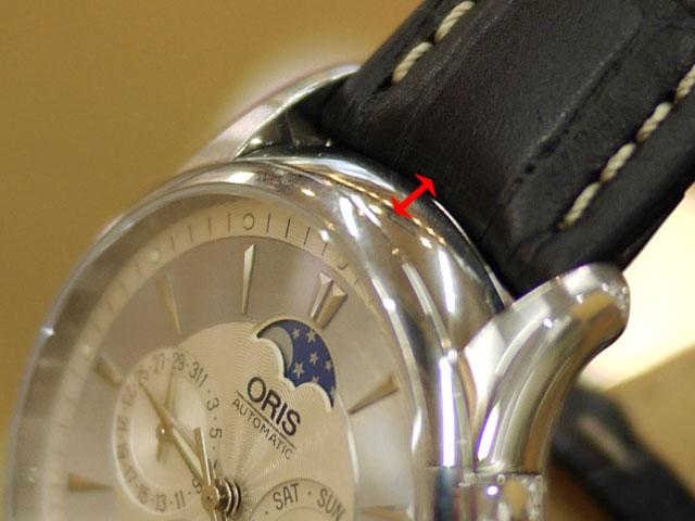 弓状に湾曲させてバネ棒により腕時計とベルトの隙間に余裕ができた