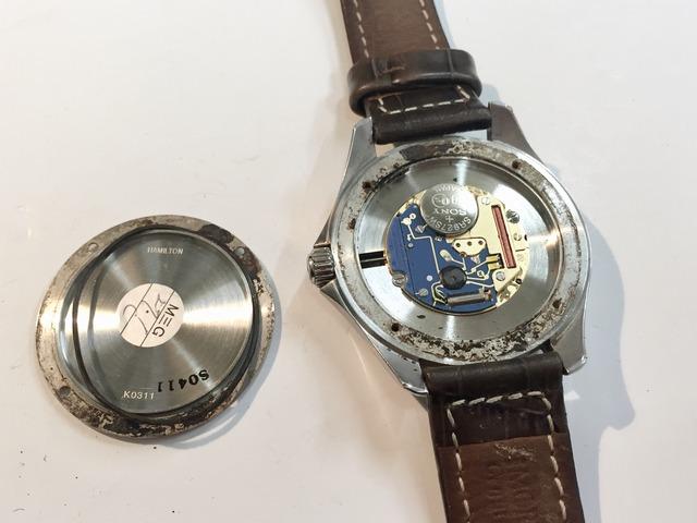 腕時計の裏ぶたを開けると錆だらけ