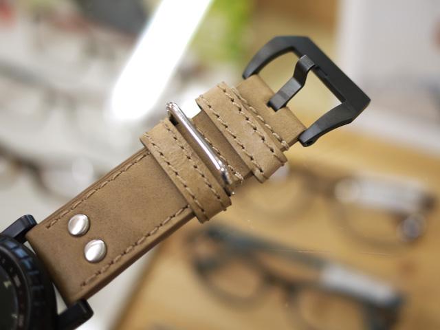シルバーの尾錠を黒に交換・フィッシュテイルタイプの尾錠