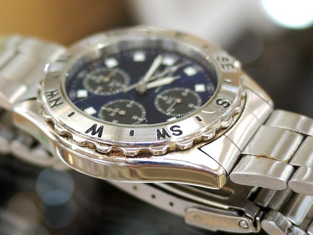 腕時計のベゼルと本体ケースの間、錆や汚れが目立つ