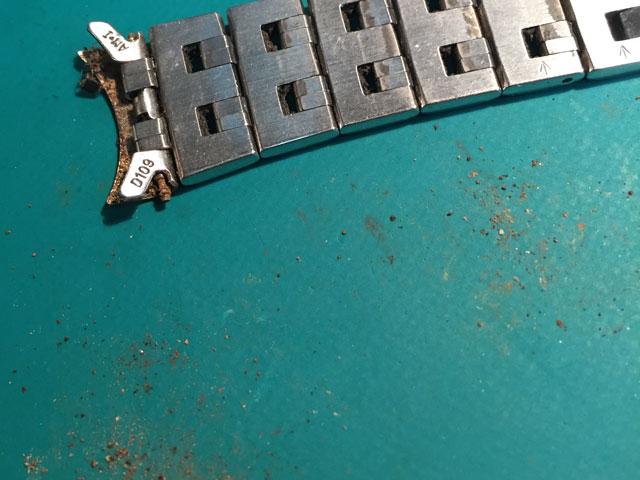 腕時計金属バンド表裏バネ棒、全パーツが汗皮脂でものすごい汚れ錆