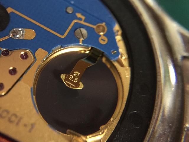 スイス製の綺麗なクォーツムーブメントの電池-端子に汚れ