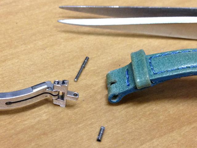 腕時計ベルトとDバックルのピン接続部を外す