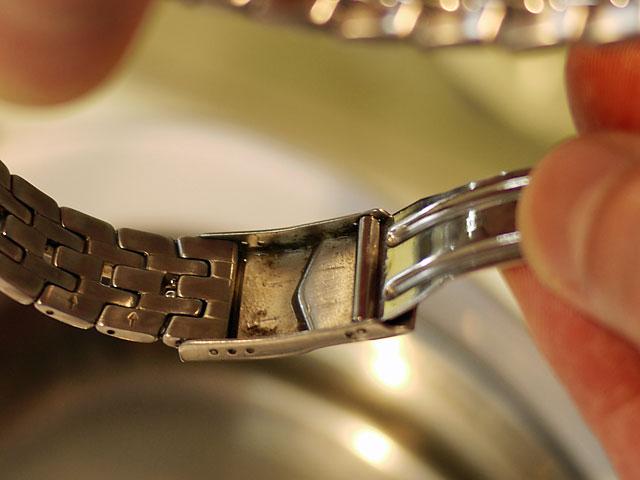 腕時計金属バンドの中留め裏もそこそこ綺麗に