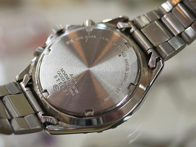 アルバ腕時計のスクリューバックの裏蓋周りも汚れています