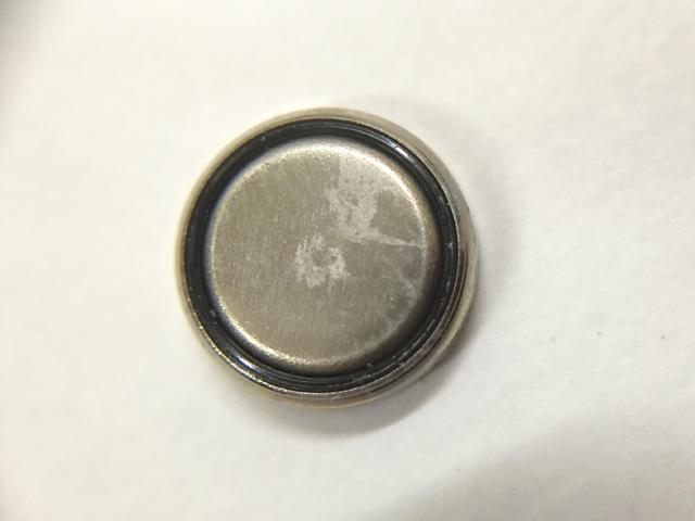 腕時計用銀ボタン電池から白い汚れ漏洩