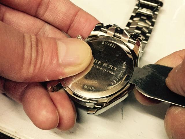 腕時計本体と裏蓋の隙間にこじ開け用工具を挿入し、裏蓋を開けます