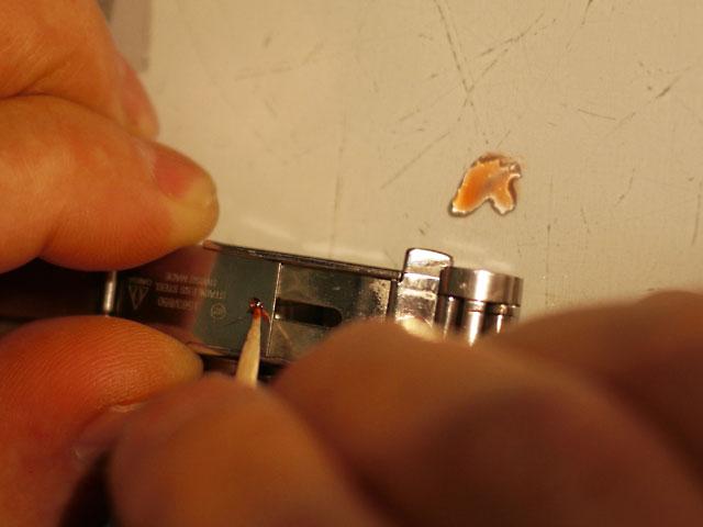 オメガ中留スライドストッパー部のビス、緩み留め剤塗布作業