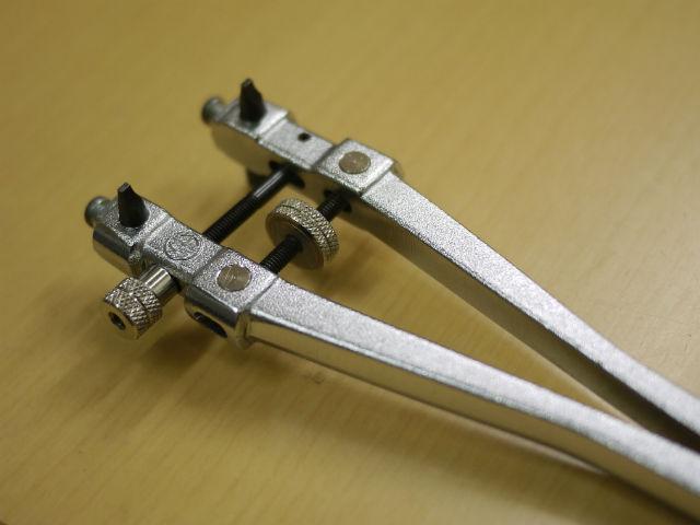 スクリューバック式腕時計の電池交換、裏蓋オープナー工具