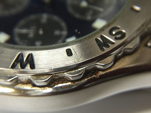 腕時計本体ケースとベゼルと間の錆・汚れをズームアップ