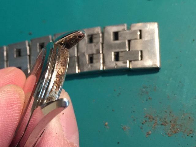 腕時計ケース金属バンド取付け部は泥土や汗が固着しサビ発生