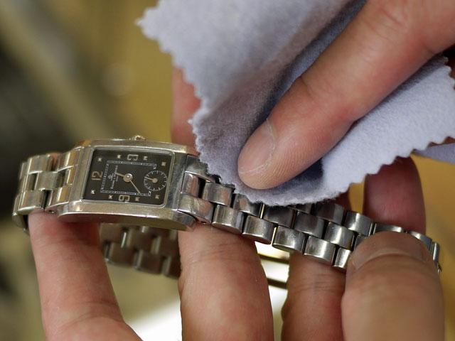 腕時計をステンレス用金属磨きクロスでゴシゴシ