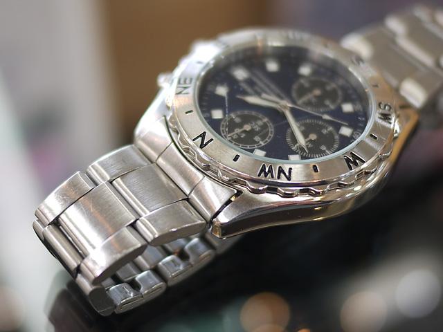 金属バンドと腕時計ケースもピカピカに綺麗