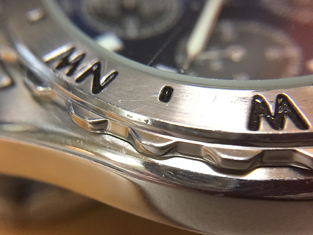 反対側のベゼルと時計本体ケース部の汚れ錆も除去