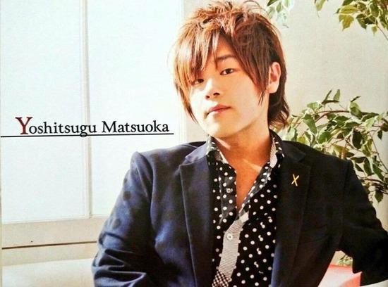 【画像】声優の松岡禎丞さん、なんかもう色々諦めたような格好になる