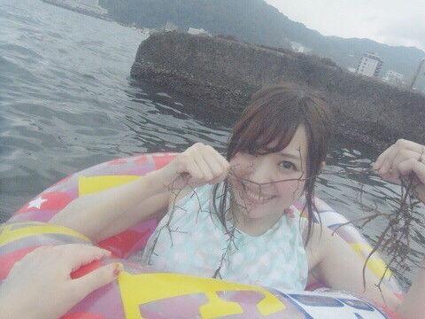 【悲報】女性声優さん、沼の様にくっそ汚い海で泳ぎ始める・・・