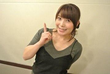 新田恵海さん、共演者にマッサージ機器を手渡されてニッコリする