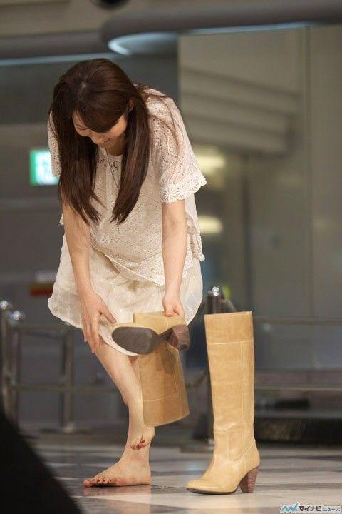 【朗報?】声優の小松未可子さん(29)、素足でブーツを履く派