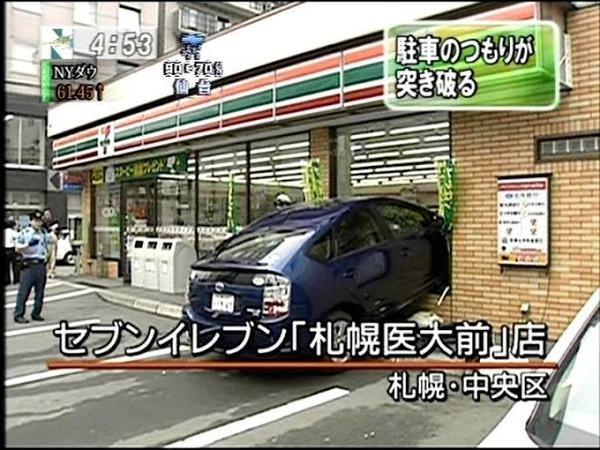 【画像】車さん、コンビニにダイレクト駐車するのが大好き過ぎる