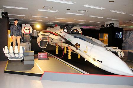 【アニメ】マクロス展覧会:18m実物大バルキリー「VF-25Fガウォーク形態」を初公開