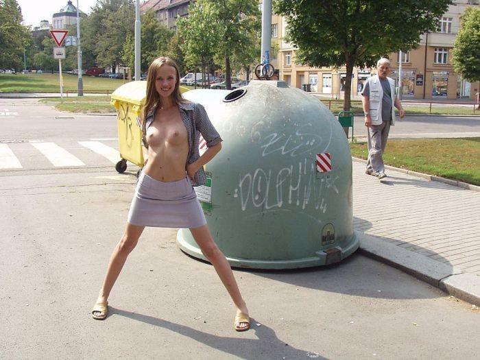 外国人が街中で野外露出してるエロ画像