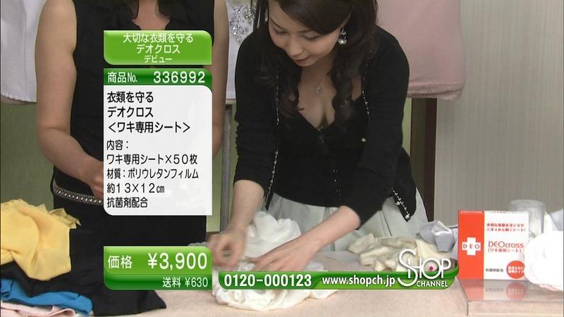 女性向け通販番組で胸チラしてるエロキャプ画像