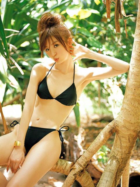 篠田麻里子ちゃんの抜ける水着画像50枚