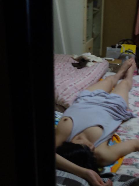 【家庭内盗撮】姉がとんでも格好で寝てるから盗撮してみたンゴwwwww(画像あり)