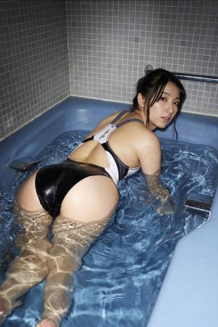 競泳水着・スク水着てる女の子のエロ画像