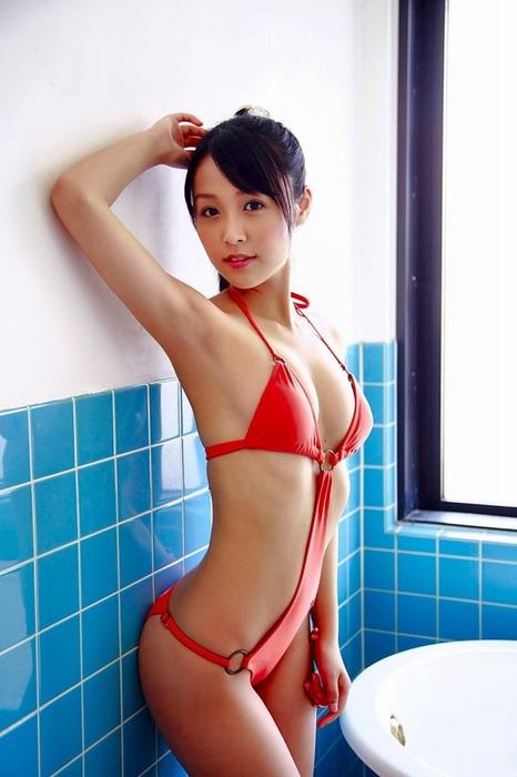 セクシー水着で誘惑してる女の子のエロ画像