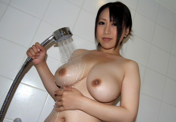 シャワー浴びて水がしたたり落ちてる女の子のおっぱいがエロい