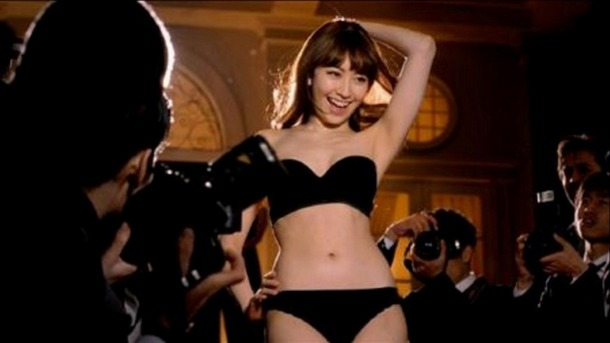 AKB48小嶋陽菜・こじはるが黒の下着姿でカメラマンに囲まれてるエロいCMの画像