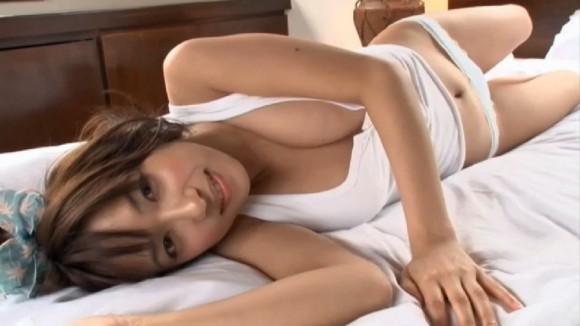 【有名人,素人画像】佐藤聖羅が砂で乳首隠してるエロ画像
