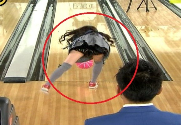 AKB48峰岸みなみがミニスカでボーリングしてパンチラしてるエロキャプ画像30枚