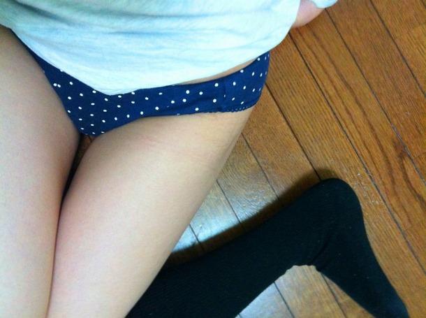 地味めなパンツを履いて撮影してる素人のエロ写メ