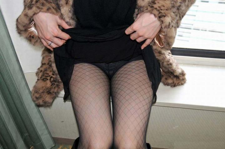 黒ストッキング履いてるお姉さんの脚フェチ画像