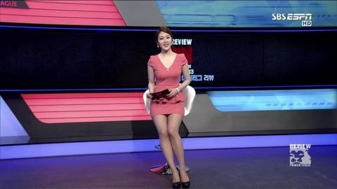 【韓国スポーツキャスターTVエロキャプ画像】タイトミニスカで胸チラ・パンチラで視聴率取ってるだろwwwww