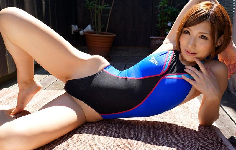 競泳水着でくびれのラインがエロいお姉さんの画像
