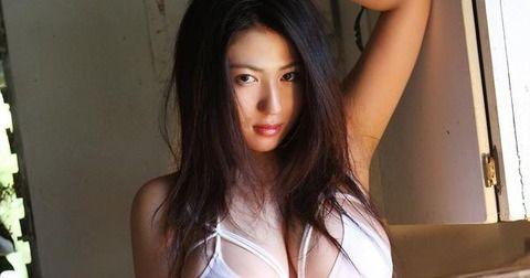 【卑猥画像】人気グラドルのIV撮影でカメラマンの全裸チンコが映り込む事故wwwwwwwwwwwwww(※gifあり)
