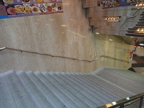 【大悲報】 名古屋駅 エスカ・SKEのポスターを全て剥がす……コラボ終了か⁈…………………