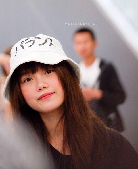 【悲報】タイの国民的アイドルさん、変な日本語の帽子をかぶって来日wwwwwwwwwwwwwwwwww