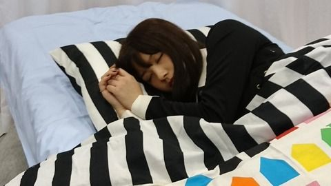 2人の寝ている姿がそっくりすぎるwwwww《大和田南那・渡邉美穂》