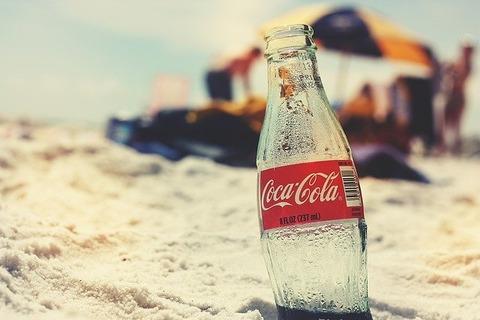 コカ・コーラが瓶型を廃止した原因「青酸コーラ無差別殺人事件」の画像