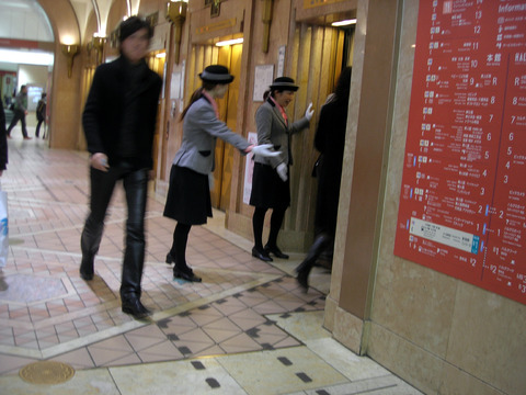 【業界の闇】エレベーターガールが絶滅した理由wwwwwの画像