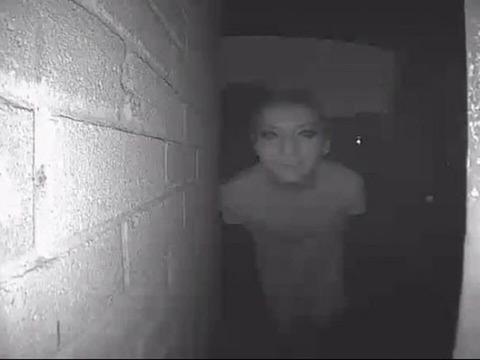【閲覧注意】「毎晩夜中にピンポン鳴らすやつがいるから監視カメラつけたろ!」→とんでもないものが写ってしまう・・・・の画像