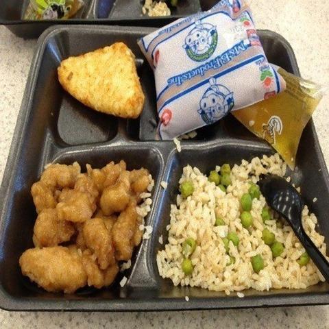 【画像】アメリカの給食ガチで美味そうの画像