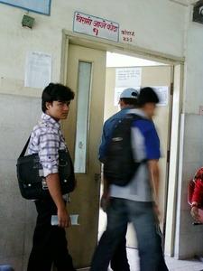 ネパールの病院 診察室前