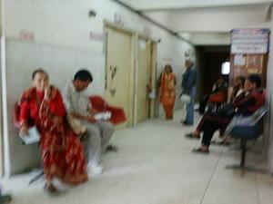 ネパールの病院 待合風景