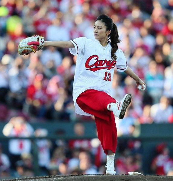 【エンタメ画像】カープ女子の島谷ひとみが始球式wwwwww